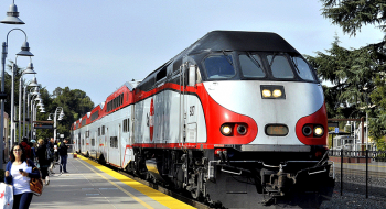 A Caltrain locomotive at the Palo Alto Station. Image by user DF4D-0070, licensed by CC BY-SA 4.0