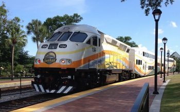 A southbound SunRail train heading to downtown Orlando. Image by user Artystyk386, licensed by CC BY-SA 3.0.