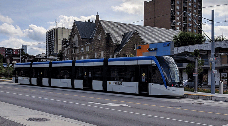 An Ion train at Queen Station. Image by user Radagast, licensed by CC0 1.0.