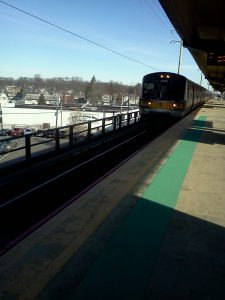 A westbound train arriving at the Lindenhurst Station. Image by user Frischee113, licensed under CC BY-SA 3.0.